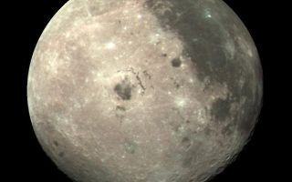 "<h1>PIA00113:  Moon Color Composite</h1><div class=""PIA00113"" lang=""en"" style=""width:800px;text-align:left;margin:auto;background-color:#000;padding:10px;max-height:150px;overflow:auto;""><p>This color image of the Moon was taken by the Galileo spacecraft at 9:35 a.m. PST Dec. 9, 1990, at a range of about 350,000 miles. The color composite uses monochrome images taken through violet, red, and near-infrared filters. The concentric, circular Orientale basin, 600 miles across, is near the center; the nearside is to the right, the far side to the left. At the upper right is the large, dark Oceanus Procellarum; below it is the smaller Mare Humorum. These, like the small dark Mare Orientale in the center of the basin, formed over 3 billion years ago as basaltic lava flows. At the lower left, among the southern cratered highlands of the far side, is the South-Pole-Aitken basin, similar to Orientale but twice as great in diameter and much older and more degraded by cratering and weathering. The cratered highlands of the near and far sides and the Maria are covered with scattered bright, young ray craters.<br /><br /><a href=""http://photojournal.jpl.nasa.gov/catalog/PIA00113"" onclick=""window.open(this.href); return false;"" title=""Voir l'image 	 PIA00113:  Moon Color Composite	  sur le site de la NASA"">Voir l'image 	 PIA00113:  Moon Color Composite	  sur le site de la NASA.</a></div>"