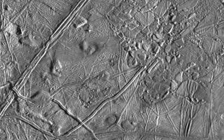 "<h1>PIA00587:  Close-up of Europa's Trailing Hemisphere</h1><div class=""PIA00587"" lang=""en"" style=""width:800px;text-align:left;margin:auto;background-color:#000;padding:10px;max-height:150px;overflow:auto;"">This complex terrain on Jupiter's moon, Europa, shows an area centered at 8 degrees north latitude, 275.4 degrees west longitude, in the trailing hemisphere. As Europa moves in its orbit around Jupiter, the trailing hemisphere is the portion which is always on the moon's backside opposite to its direction of motion. The area shown is about 100 kilometers by 140 kilometers (62 miles by 87 miles). The complex ridge crossing the picture in the upper left corner is part of a feature that can be traced hundreds of miles across the surface of Europa, extending beyond the edge of the picture. The upper right part of the picture shows terrain that has been disrupted by an unknown process, superficially resembling blocks of sea ice during a springtime thaw. Also visible are semicircular mounds surrounded by shallow depressions. These might represent the intrusion of material punching through the surface from below and partial melting of Europa's icy crust. The resolution of this image is about 180 meters (200 yards); this means that the smallest visible object is about a quarter of a mile across.<p>This picture of Europa was taken by Galileo's Solid State Imaging system from a distance of 17,900 kilometers (11,100 miles) on the spacecraft's sixth orbit around Jupiter, on February 20, 1997.<p>The Jet Propulsion Laboratory, Pasadena, CA, manages the mission for NASA's Office of Space Science, Washington D.C. This image and other images and data received from Galileo are posted on the World Wide Web Galileo mission home page at http://galileo.jpl.nasa.gov.<br /><br /><a href=""http://photojournal.jpl.nasa.gov/catalog/PIA00587"" onclick=""window.open(this.href); return false;"" title=""Voir l'image 	 PIA00587:  Close-up of Europa's Trailing Hemisphere	  sur le site de la NASA"">Voir l'image 	 PIA00587:  Close-up of Europa's Trailing Hemisphere	  sur le site de la NASA.</a></div>"