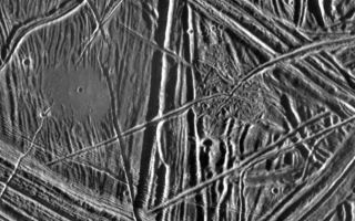 "<h1>PIA00592:  Close-up of Europa's Surface</h1><div class=""PIA00592"" lang=""en"" style=""width:800px;text-align:left;margin:auto;background-color:#000;padding:10px;max-height:150px;overflow:auto;"">This close-up view of the icy surface of Europa, a moon of Jupiter, was obtained on December 20, 1996, by the Solid State Imaging system on board the Galileo spacecraft during its fourth orbit around Jupiter. The view is about 11 kilometers by 16 kilometers (7 miles by 10 miles) and has a resolution of 26 meters (28 yards). The Sun illuminates the scene from the east (right).<p>A flat smooth area about 3.2 kilometers (2 miles) across is seen in the left part of the picture. This area resulted from flooding by a fluid which erupted onto the surface and buried sets of ridges and grooves. The smooth area contrasts with a distinctly rugged patch of terrain farther east, to the right of the prominent ridge system running down the middle of the picture. The rugged patch of terrain is 4 kilometers (2.5 miles) across and represents localized disruption of the complex network of ridges in the area. Eruptions of material onto the surface, crustal disruption, and the formation of complex networks of folded and faulted ridges show that significant energy was available in the interior of Europa. Although small impact craters are most easily seen in the smooth area, they occur throughout the ridged terrain seen in this view.<p>The Jet Propulsion Laboratory, Pasadena, CA, manages the mission for NASA's Office of Space Science, Washington D.C. This image and other images and data received from Galileo are posted on the World Wide Web Galileo mission home page at: http://galileo.jpl.nasa.gov.<br /><br /><a href=""http://photojournal.jpl.nasa.gov/catalog/PIA00592"" onclick=""window.open(this.href); return false;"" title=""Voir l'image 	 PIA00592:  Close-up of Europa's Surface	  sur le site de la NASA"">Voir l'image 	 PIA00592:  Close-up of Europa's Surface	  sur le site de la NASA.</a></div>"