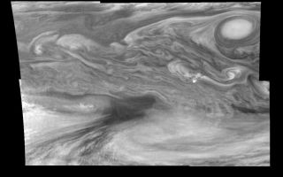 "<h1>PIA01198:  Jupiter's Equatorial Region in the Near-Infrared (Time set 1)</h1><div class=""PIA01198"" lang=""en"" style=""width:800px;text-align:left;margin:auto;background-color:#000;padding:10px;max-height:150px;overflow:auto;"">Mosaic of Jupiter's equatorial region at 756 nanometers (nm). The mosaic covers an area of 34,000 kilometers by 22,000 kilometers. The near-infrared continuum filter shows the features of Jupiter's main visible cloud deck. The dark region near the center of the mosaic is an equatorial ""hotspot"" similar to the Galileo Probe entry site. These features are holes in the bright, reflective, equatorial cloud layer where warmer thermal emission from Jupiter's deep atmosphere can pass through. The circulation patterns observed here along with the composition measurements from the Galileo Probe suggest that dry air may be converging and sinking over these regions, maintaining their cloud-free appearance. The bright oval in the upper right of the mosaic as well as the other smaller bright features are examples of upwelling of moist air and condensation.<p>North is at the top. The mosaic covers latitudes 1 to 19 degrees and is centered at longitude 336 degrees West. The smallest resolved features are tens of kilometers in size. These images were taken on December 17, 1996, at a range of 1.5 million kilometers by the Solid State Imaging system aboard NASA's Galileo spacecraft.<p>The Jet Propulsion Laboratory, Pasadena, CA manages the mission for NASA's Office of Space Science, Washington, DC.<p>This image and other images and data received from Galileo are posted on the World Wide Web, on the Galileo mission home page at URL http://galileo.jpl.nasa.gov. Background information and educational context for the images can be found at <a href=""http://www2.jpl.nasa.gov/galileo/sepo/"" target=""_blank"">http://www.jpl.nasa.gov/galileo/sepo</a>..<br /><br /><a href=""http://photojournal.jpl.nasa.gov/catalog/PIA01198"" onclick=""window.open(this.href); return false;"" title=""Voir l'image 	 PIA01198:  Jupiter's Equatorial Region in the Near-Infrared (Time set 1)	  sur le site de la NASA"">Voir l'image 	 PIA01198:  Jupiter's Equatorial Region in the Near-Infrared (Time set 1)	  sur le site de la NASA.</a></div>"