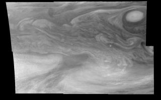 "<h1>PIA01199:  Jupiter's Equatorial Region in a Methane band (Time set 1)</h1><div class=""PIA01199"" lang=""en"" style=""width:800px;text-align:left;margin:auto;background-color:#000;padding:10px;max-height:150px;overflow:auto;"">Mosaic of Jupiter's equatorial region at 727 nanometers (nm). The mosaic covers an area of 34,000 kilometers by 22,000 kilometers. Light at 727 nm is moderately absorbed by atmospheric methane. This image shows the features of Jupiter's main visible cloud deck and upper tropospheric haze, with higher features enhanced in brightness over lower features. The dark region near the center of the mosaic is an equatorial ""hotspot"" similar to the Galileo Probe entry site. These features are holes in the bright, reflective, equatorial cloud layer where warmer thermal emission from Jupiter's deep atmosphere can pass through. The circulation patterns observed here along with the composition measurements from the Galileo Probe suggest that dry air may be converging and sinking over these regions, maintaining their cloud-free appearance. The bright oval in the upper right of the mosaic as well as the other smaller bright features are examples of upwelling of moist air and condensation.<p>North is at the top. The mosaic covers latitudes 1 to 19 degrees and is centered at longitude 336 degrees West. The smallest resolved features are tens of kilometers in size. These images were taken on December 17, 1996, at a range of 1.5 million kilometers by the Solid State Imaging system aboard NASA's Galileo spacecraft.<p>The Jet Propulsion Laboratory, Pasadena, CA manages the mission for NASA's Office of Space Science, Washington, DC.<p>This image and other images and data received from Galileo are posted on the World Wide Web, on the Galileo mission home page at URL http://galileo.jpl.nasa.gov. Background information and educational context for the images can be found at <a href=""http://www2.jpl.nasa.gov/galileo/sepo/"" target=""_blank"">http://www.jpl.nasa.gov/galileo/sepo</a>..<br /><br /><a href=""http://photojournal.jpl.nasa.gov/catalog/PIA01199"" onclick=""window.open(this.href); return false;"" title=""Voir l'image 	 PIA01199:  Jupiter's Equatorial Region in a Methane band (Time set 1)	  sur le site de la NASA"">Voir l'image 	 PIA01199:  Jupiter's Equatorial Region in a Methane band (Time set 1)	  sur le site de la NASA.</a></div>"
