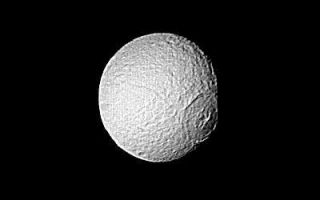 "<h1>PIA01398:  Saturn - large crater on Tethys</h1><div class=""PIA01398"" lang=""en"" style=""width:400px;text-align:left;margin:auto;background-color:#000;padding:10px;max-height:150px;overflow:auto;"">Special processing has brought out surface detail in this Voyager 2 image focusing on the large crater on Tethys. The spacecraft took this photograph Aug. 25, when it was 826,000 kilometers (513,000 miles) from the icy moon of Saturn. Here, resolution is about 15 km. (9 mi.). The crater has been flattened by the flow of softer ice and no longer shows the deep bowl shape characteristic of fresh craters in hard, cold ice or rock. It appears to have been formed early in Tethys' history, at a time when its interior was still relatively warm and soft. The Voyager project is managed for NASA by the Jet Propulsion Laboratory, Pasadena, Calif.<br /><br /><a href=""http://photojournal.jpl.nasa.gov/catalog/PIA01398"" onclick=""window.open(this.href); return false;"" title=""Voir l'image 	 PIA01398:  Saturn - large crater on Tethys	  sur le site de la NASA"">Voir l'image 	 PIA01398:  Saturn - large crater on Tethys	  sur le site de la NASA.</a></div>"
