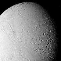 "<h1>PIA01950:  Surface of Enceladus</h1><div class=""PIA01950"" lang=""en"" style=""width:450px;text-align:left;margin:auto;background-color:#000;padding:10px;max-height:150px;overflow:auto;"">The surface of Enceladus is seen in this closeup view obtained Aug. 25, when Voyager 2 was 112,000 kilometers (69,500 miles) from this satellite of Saturn. This view, in which Enceladus north pole is toward the bottom right, shows the moon to bear a striking resemblance of Ganymede, the largest Galilean satellite of Jupiter. Moderately cratered areas have been transected by strips of younger grooved terrain. This more recently formed terrain--the light cratering says it must be relatively young--has consumed portions of craters such as those near the bottom center of this picture. This suggests that Enceladus has experienced internal melting even though it is only about 490 km. (300 mi.) in diameter. The grooves and linear features indicate that the satellite has been subjected to considerable crustal deformation as a result of this internal melting. The largest crater visible here is about 35 km. (20 mi.) across. The Voyager project is managed for NASA by the Jet Propulsion Laboratory, Pasadena, Calif.<br /><br /><a href=""http://photojournal.jpl.nasa.gov/catalog/PIA01950"" onclick=""window.open(this.href); return false;"" title=""Voir l'image 	 PIA01950:  Surface of Enceladus	  sur le site de la NASA"">Voir l'image 	 PIA01950:  Surface of Enceladus	  sur le site de la NASA.</a></div>"
