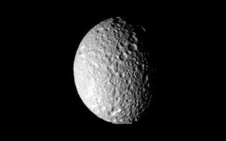 "<h1>PIA02267:  Mimas - cratered surface</h1><div class=""PIA02267"" lang=""en"" style=""width:458px;text-align:left;margin:auto;background-color:#000;padding:10px;max-height:150px;overflow:auto;"">This image of Saturn's moon Mimas was taken by NASA's Voyager 1 on Nov. 12, 1980 and shows the heavily and uniformly cratered surface of the satellite. The photograph, taken at a range of 208,000 kilometers (129,000 miles), shows features as small as about five kilometers (three miles). Topography is best seen along the terminator where it is enhanced by the low sun angle. The apparent crater density decrease toward the left of the picture is not real and results from a change in sun angle. A long, narrow trough about five kilometers (three miles) across is seen to cross from lower limb to the center of the image where it terminates. A second trough originates near the center and extends to the upper limb, where it appears to branch into a series of smaller troughs. The Voyager Project is managed for NASA by the Jet Propulsion Laboratory, Pasadena, Calif.<br /><br /><a href=""http://photojournal.jpl.nasa.gov/catalog/PIA02267"" onclick=""window.open(this.href); return false;"" title=""Voir l'image 	 PIA02267:  Mimas - cratered surface	  sur le site de la NASA"">Voir l'image 	 PIA02267:  Mimas - cratered surface	  sur le site de la NASA.</a></div>"