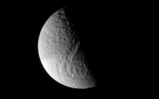 "<h1>PIA06558:  Tethys' Great Rift</h1><div class=""PIA06558"" lang=""en"" style=""width:585px;text-align:left;margin:auto;background-color:#000;padding:10px;max-height:150px;overflow:auto;""><p>This dazzling view of Tethys shows the tremendous rift called Ithaca Chasma, which is 100 kilometers (60 miles) wide in places, and runs nearly three-fourths of the way around the icy moon. Tethys is 1,060 kilometers (659 miles) across.</p><p>Adjacent to the great Chasma is a large multi-ring impact basin with a diameter of about 300 kilometers (185 miles). The inner ring of the basin is about 130 kilometers (80 miles) in diameter. The moon's heavily cratered face is indicative of an ancient surface.</p><p>This view shows principally the Saturn-facing hemisphere of Tethys. The image was taken in visible light with the Cassini spacecraft narrow angle camera on Dec. 15, 2004, at a distance of approximately 560,000 kilometers (348,000 miles) from Tethys and at a Sun-Tethys-spacecraft, or phase, angle of 91 degrees. The image scale is about 3 kilometers (2 miles) per pixel. </p><p>The Cassini-Huygens mission is a cooperative project of NASA, the European Space Agency and the Italian Space Agency. The Jet Propulsion Laboratory, a division of the California Institute of Technology in Pasadena, manages the Cassini-Huygens mission for NASA's Science Mission Directorate, Washington, D.C. The Cassini orbiter and its two onboard cameras were designed, developed and assembled at JPL. The imaging team is based at the Space Science Institute, Boulder, Colo.</p><p>For more information, about the Cassini-Huygens mission visit, <a href=""http://saturn.jpl.nasa.gov/"">http://saturn.jpl.nasa.gov</a> and the Cassini imaging team home page, <a href=""http://ciclops.org/"">http://ciclops.org</a>.</p><br /><br /><a href=""http://photojournal.jpl.nasa.gov/catalog/PIA06558"" onclick=""window.open(this.href); return false;"" title=""Voir l'image 	 PIA06558:  Tethys' Great Rift	  sur le site de la NASA"">Voir l'image 	 PIA06558:  Tethys' Great Rift	  sur le site de la NASA.</a></div>"