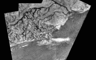 "<h1>PIA07236:  Mosaic of River Channel and Ridge Area on Titan</h1><div class=""PIA07236"" lang=""en"" style=""width:600px;text-align:left;margin:auto;background-color:#000;padding:10px;max-height:150px;overflow:auto;""><p>This mosaic of three frames from the Huygens Descent Imager/ Spectral Radiometer (DISR) instrument provides unprecedented detail of the high ridge area including the flow down into a major river channel from different sources. </p><p>The Descent Imager/Spectral Radiometer is one of two NASA instruments on the probe. </p><p>The Cassini-Huygens mission is a cooperative project of NASA, the European Space Agency and the Italian Space Agency. The Jet Propulsion Laboratory, a division of the California Institute of Technology in Pasadena, manages the Cassini-Huygens mission for NASA's Science Mission Directorate, Washington, D.C. The Cassini orbiter and its two onboard cameras were designed, developed and assembled at JPL. The Descent Imager/Spectral team is based at the University of Arizona, Tucson, Ariz.</p><p>For more information about the Cassini-Huygens mission visit, <a href=""http://saturn.jpl.nasa.gov"">http://saturn.jpl.nasa.gov</a>. For more information about the Descent Imager/Spectral Radiometer visit <a href=""http://www.lpl.arizona.edu/~kholso/"">http://www.lpl.arizona.edu/~kholso/</a>.</p><br /><br /><a href=""http://photojournal.jpl.nasa.gov/catalog/PIA07236"" onclick=""window.open(this.href); return false;"" title=""Voir l'image 	 PIA07236:  Mosaic of River Channel and Ridge Area on Titan	  sur le site de la NASA"">Voir l'image 	 PIA07236:  Mosaic of River Channel and Ridge Area on Titan	  sur le site de la NASA.</a></div>"