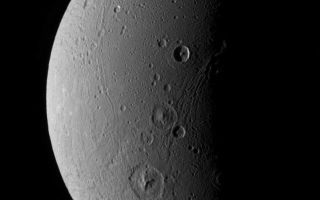 "<h1>PIA07690:  Dione Has Her Faults (Monochrome)</h1><div class=""PIA07690"" lang=""en"" style=""width:796px;text-align:left;margin:auto;background-color:#000;padding:10px;max-height:150px;overflow:auto;""><p>This view highlights tectonic faults and craters on Dione, an icy world that has undoubtedly experienced geologic activity since its formation.</p><p>This view looks toward the leading hemisphere on Dione (1,126 kilometers, or 700 miles across). North is up and rotated 20 degrees to the right.</p><p>See <a href=""/catalog/PIA07691"">PIA07691</a> for a similar false color view.</p><p>The image was taken with the Cassini spacecraft narrow-angle camera on Dec. 24, 2005 at a distance of approximately 151,000 kilometers (94,000 miles) from Dione and at a Sun-Dione-spacecraft, or phase, angle of 99 degrees. Image scale is 896 meters (2,940 feet) per pixel.</p><p>The Cassini-Huygens mission is a cooperative project of NASA, the European Space Agency and the Italian Space Agency. The Jet Propulsion Laboratory, a division of the California Institute of Technology in Pasadena, manages the mission for NASA's Science Mission Directorate, Washington, D.C. The Cassini orbiter and its two onboard cameras were designed, developed and assembled at JPL. The imaging operations center is based at the Space Science Institute in Boulder, Colo.</p><p>For more information about the Cassini-Huygens mission visit <a href=""http://saturn.jpl.nasa.gov"">http://saturn.jpl.nasa.gov</a>. The Cassini imaging team homepage is at <a href=""http://ciclops.org"">http://ciclops.org</a>.</p><br /><br /><a href=""http://photojournal.jpl.nasa.gov/catalog/PIA07690"" onclick=""window.open(this.href); return false;"" title=""Voir l'image 	 PIA07690:  Dione Has Her Faults (Monochrome)	  sur le site de la NASA"">Voir l'image 	 PIA07690:  Dione Has Her Faults (Monochrome)	  sur le site de la NASA.</a></div>"