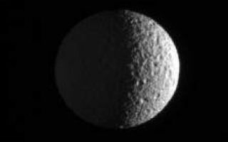"<h1>PIA08289:  Mimas in View</h1><div class=""PIA08289"" lang=""en"" style=""width:223px;text-align:left;margin:auto;background-color:#000;padding:10px;max-height:150px;overflow:auto;""><p>The Cassini spacecraft zooms in on Mimas, pitted by craters and slightly out-of-round. Cassini images taken during a flyby of Mimas in August 2005 were compiled into a movie showing the moon's battered surface up close (see <a href=""/catalog/PIA07710"">PIA07710</a>).</p><p>This view shows the Saturn-facing hemisphere of Mimas (397 kilometers, or 247 miles across). North is up and rotated 24 degrees to the left. The moon's night side is dimly lit by saturnshine, which is sunlight reflected by the planet.</p><p>The image was taken in visible light with the Cassini spacecraft narrow-angle camera on Sept. 25, 2006 at a distance of approximately 552,000 kilometers (343,000 miles) from Mimas and at a Sun-Mimas-spacecraft, or phase, angle of 106 degrees. Image scale is 3 kilometers (2 miles) per pixel.</p><p>The Cassini-Huygens mission is a cooperative project of NASA, the European Space Agency and the Italian Space Agency. The Jet Propulsion Laboratory, a division of the California Institute of Technology in Pasadena, manages the mission for NASA's Science Mission Directorate, Washington, D.C. The Cassini orbiter and its two onboard cameras were designed, developed and assembled at JPL. The imaging operations center is based at the Space Science Institute in Boulder, Colo.</p><p>For more information about the Cassini-Huygens mission visit <a href=""http://saturn.jpl.nasa.gov"">http://saturn.jpl.nasa.gov/home/index.cfm</a>. The Cassini imaging team homepage is at <a href=""http://ciclops.org"">http://ciclops.org</a>.</p><br /><br /><a href=""http://photojournal.jpl.nasa.gov/catalog/PIA08289"" onclick=""window.open(this.href); return false;"" title=""Voir l'image 	 PIA08289:  Mimas in View	  sur le site de la NASA"">Voir l'image 	 PIA08289:  Mimas in View	  sur le site de la NASA.</a></div>"