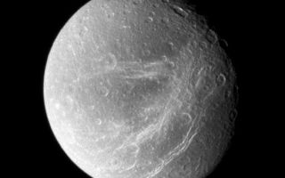 "<h1>PIA09764:  Scratches on Dione</h1><div class=""PIA09764"" lang=""en"" style=""width:555px;text-align:left;margin:auto;background-color:#000;padding:10px;max-height:150px;overflow:auto;""><p>Bright, wispy fractures streak across Dione's trailing side. Following the Voyager flybys of the early 1980s, scientists considered the possibility that the streaks were bright material extruded by cryovolcanism. A quarter-century later, Cassini's close passes and sharp vision showed these features to be a system of braided canyons with bright walls.</p><p>North on Dione (1,126 kilometers, or 700 miles across) is up.</p><p>The image was taken in visible light with the Cassini spacecraft wide-angle camera on Sept. 30, 2007. The view was acquired at a distance of approximately 45,000 kilometers (28,000 miles) from Dione and at a Sun-Dione-spacecraft, or phase, angle of 36 degrees. Image scale is 3 kilometers (2 miles) per pixel.</p><p>The Cassini-Huygens mission is a cooperative project of NASA, the European Space Agency and the Italian Space Agency. The Jet Propulsion Laboratory, a division of the California Institute of Technology in Pasadena, manages the mission for NASA's Science Mission Directorate, Washington, D.C. The Cassini orbiter and its two onboard cameras were designed, developed and assembled at JPL. The imaging operations center is based at the Space Science Institute in Boulder, Colo.</p><p>For more information about the Cassini-Huygens mission visit <a href=""http://saturn.jpl.nasa.gov"">http://saturn.jpl.nasa.gov/home/index.cfm</a>. The Cassini imaging team homepage is at <a href=""http://ciclops.org"">http://ciclops.org</a>.</p><br /><br /><a href=""http://photojournal.jpl.nasa.gov/catalog/PIA09764"" onclick=""window.open(this.href); return false;"" title=""Voir l'image 	 PIA09764:  Scratches on Dione	  sur le site de la NASA"">Voir l'image 	 PIA09764:  Scratches on Dione	  sur le site de la NASA.</a></div>"