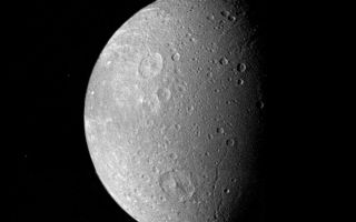 "<h1>PIA00028:  Dione Mosaic</h1><div class=""PIA00028"" lang=""en"" style=""width:800px;text-align:left;margin:auto;background-color:#000;padding:10px;max-height:150px;overflow:auto;"">Many impact craters -- the record of the collision of cosmic debris -- are shown in this Voyager 1 mosaic of Saturn's moon Dione. The largest crater is less than 100 kilometers (62 miles) in diameter and shows a well-developed central peak. Bright rays represent material ejected from other impact craters. Sinuous valleys probably formed by faults break the moon's icy crust. Images in this mosaic were taken from a range of 162,000 kilometers (100,600 miles) on Nov. 12, 1980. The Voyager Project is managed for NASA by the Jet Propulsion Laboratory, Pasadena, Calif.<br /><br /><a href=""http://photojournal.jpl.nasa.gov/catalog/PIA00028"" onclick=""window.open(this.href); return false;"" title=""Voir l'image 	 PIA00028:  Dione Mosaic	  sur le site de la NASA"">Voir l'image 	 PIA00028:  Dione Mosaic	  sur le site de la NASA.</a></div>"