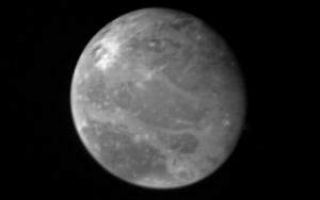 "<h1>PIA00351:  Ganymede at 2.6 million miles</h1><div class=""PIA00351"" lang=""en"" style=""width:300px;text-align:left;margin:auto;background-color:#000;padding:10px;max-height:150px;overflow:auto;"">This photo of Ganymede, largest of Jupiter's Galilean satellites and the third from the planet, was taken shortly after midnight March 1, from a distance of 2.6 million miles (4.2 million kilometers). Ganymede is slightly larger than the planet Mercury, but is much less dense; it has = roughly twice the density of water. Ganymede's surface brightness is = four times that of Earth's Moon. This photo shows dark features = reminiscent of the dark, mare regions on the Moon. On Ganymede, however, = these features have twice the brightness of lunar mare. Scientists = believe they are unlikely to be composed of rock or lava as the Moon's = mare regions are. Ganymede's north polar region appears to be covered = with brighter material, and scientists say it could be water frost. = Later photos of Ganymede will be taken from closer range and will = therefore have higher resolution if those photos of the polar region show = underlying terrain blanketed by frost, it could indicate movement of water= across Ganymede's surface, possibly in a very thin atmosphere. Brighter = spots are also scattered across this hemisphere of Ganymede. They may be = related to impact craters, or may represent source regions of fresh ice. = JPL manages and controls the Voyager project for NASA's Office of Space = Science.<br /><br /><a href=""http://photojournal.jpl.nasa.gov/catalog/PIA00351"" onclick=""window.open(this.href); return false;"" title=""Voir l'image 	 PIA00351:  Ganymede at 2.6 million miles	  sur le site de la NASA"">Voir l'image 	 PIA00351:  Ganymede at 2.6 million miles	  sur le site de la NASA.</a></div>"