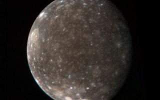 "<h1>PIA00362:  Callisto's Icy Surface</h1><div class=""PIA00362"" lang=""en"" style=""width:600px;text-align:left;margin:auto;background-color:#000;padding:10px;max-height:150px;overflow:auto;"">This color photo of Jupiter's satellite Callisto was made from three black-and-white images taken March 5 from a distance of 746,000 miles (1.2 million kilometers). It shows the entire hemisphere of Callisto that was photographed at high resolution by Voyager 1 during the close encounter with the satellite on March 6. Visible near the upper left limb is the large basin-like structure discovered by Voyager 1. The central region of the basin is much brighter than the average surface of the satellite. Near the south polar region are two bright areas associated with smaller basin-like structures. These bright areas are believed to contain more clean ice than the rest of Callisto's generally 'dirty-ice' surface. The Voyager project is managed and controlled by Jet Propulsion Laboratory for NASA's Office of Space Science.<br /><br /><a href=""http://photojournal.jpl.nasa.gov/catalog/PIA00362"" onclick=""window.open(this.href); return false;"" title=""Voir l'image 	 PIA00362:  Callisto's Icy Surface	  sur le site de la NASA"">Voir l'image 	 PIA00362:  Callisto's Icy Surface	  sur le site de la NASA.</a></div>"