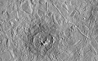 "<h1>PIA00586:  Pwyll Crater on Europa</h1><div class=""PIA00586"" lang=""en"" style=""width:800px;text-align:left;margin:auto;background-color:#000;padding:10px;max-height:150px;overflow:auto;"">Pwyll crater on Jupiter's moon, Europa, was photographed by the Solid State Imaging system on the Galileo spacecraft during its sixth orbit around Jupiter. This impact crater is located at 26 degrees south latitude, 271 degrees west longitude, and is about 26 kilometers (16 miles) in diameter. Lower resolution pictures of Pwyll Crater taken earlier in the mission show that material ejected by the impact can be traced for hundreds of miles across the icy surface of Europa. The dark zone seen here in and around the crater is material excavated from several kilometers (a few miles) below the surface. Also visible in this picture are complex ridges.<p>The two images comprising this mosaic were taken on February 20, 1997 from a distance of 12,000 kilometers (7,500 miles) by the Galileo spacecraft. The area shown is about 120 kilometers by 100 kilometers (75 miles by 60 miles).<p>The Jet Propulsion Laboratory, Pasadena, CA, manages the mission for NASA's Office of Space Science, Washington D.C. This image and other images and data received from Galileo are posted on the World Wide Web Galileo mission home page at http://galileo.jpl.nasa.gov.<br /><br /><a href=""http://photojournal.jpl.nasa.gov/catalog/PIA00586"" onclick=""window.open(this.href); return false;"" title=""Voir l'image 	 PIA00586:  Pwyll Crater on Europa	  sur le site de la NASA"">Voir l'image 	 PIA00586:  Pwyll Crater on Europa	  sur le site de la NASA.</a></div>"