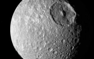 "<h1>PIA06258:  Up Close to Mimas</h1><div class=""PIA06258"" lang=""en"" style=""width:570px;text-align:left;margin:auto;background-color:#000;padding:10px;max-height:150px;overflow:auto;""><p>During its approach to Mimas on Aug. 2, 2005, the Cassini spacecraft narrow-angle camera obtained multi-spectral views of the moon from a range of 228,000 kilometers (142,500 miles).  </p><p>This image is a narrow angle clear-filter image which was processed to enhance the contrast in brightness and sharpness of visible features. </p><p>Herschel crater, a 140-kilometer-wide (88-mile) impact feature with a prominent central peak, is visible in the upper right of this image. </p><p>This image was obtained when the Cassini spacecraft was above 25 degrees south, 134 degrees west latitude and longitude.  The Sun-Mimas-spacecraft angle was 45 degrees and north is at the top.</p><p>The Cassini-Huygens mission is a cooperative project of NASA, the European Space Agency and the Italian Space Agency.  The Jet Propulsion Laboratory, a division of the California Institute of Technology in Pasadena, manages the mission for NASA's Science Mission Directorate, Washington, D.C. The Cassini orbiter and its two onboard cameras were designed, developed and assembled at JPL.  The imaging operations center is based at the Space Science Institute in Boulder, Colo.</p><p>For more information about the Cassini-Huygens mission visit http://saturn.jpl.nasa.gov . The Cassini imaging team homepage is at http://ciclops.org .</p><br /><br /><a href=""http://photojournal.jpl.nasa.gov/catalog/PIA06258"" onclick=""window.open(this.href); return false;"" title=""Voir l'image 	 PIA06258:  Up Close to Mimas	  sur le site de la NASA"">Voir l'image 	 PIA06258:  Up Close to Mimas	  sur le site de la NASA.</a></div>"