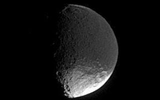 "<h1>PIA08177:  Mysterious Iapetus</h1><div class=""PIA08177"" lang=""en"" style=""width:288px;text-align:left;margin:auto;background-color:#000;padding:10px;max-height:150px;overflow:auto;""><p>A distant glimpse of Iapetus reveals details within the dark terrain of Cassini Regio, including an impact basin at top that is roughly 400 kilometers (250 miles) wide.</p><p>Researchers remain unsure about the mechanism that has darkened the leading hemisphere. </p><p>This view looks toward the southern hemisphere on the leading side of Iapetus (1,468 kilometers, or 912 miles across). North is up.</p><p>The image was taken in visible light with the Cassini spacecraft narrow-angle camera on April 4, 2006, at a distance of approximately 1.4 million kilometers (900,000 miles) from Iapetus. The image scale is 9 kilometers (6 miles) per pixel.</p><p>The Cassini-Huygens mission is a cooperative project of NASA, the European Space Agency and the Italian Space Agency. The Jet Propulsion Laboratory, a division of the California Institute of Technology in Pasadena, manages the mission for NASA's Science Mission Directorate, Washington, D.C. The Cassini orbiter and its two onboard cameras were designed, developed and assembled at JPL. The imaging operations center is based at the Space Science Institute in Boulder, Colo.</p><p>For more information about the Cassini-Huygens mission visit <a href=""http://saturn.jpl.nasa.gov"">http://saturn.jpl.nasa.gov/home/index.cfm</a>. The Cassini imaging team homepage is at <a href=""http://ciclops.org"">http://ciclops.org</a>.</p><br /><br /><a href=""http://photojournal.jpl.nasa.gov/catalog/PIA08177"" onclick=""window.open(this.href); return false;"" title=""Voir l'image 	 PIA08177:  Mysterious Iapetus	  sur le site de la NASA"">Voir l'image 	 PIA08177:  Mysterious Iapetus	  sur le site de la NASA.</a></div>"