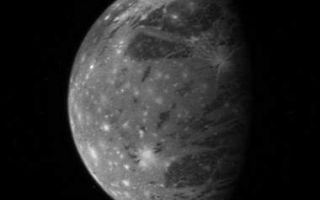 "<h1>PIA09245:  Ganymede</h1><div class=""PIA09245"" lang=""en"" style=""width:380px;text-align:left;margin:auto;background-color:#000;padding:10px;max-height:150px;overflow:auto;""><p>This is New Horizons' best image of Ganymede, Jupiter's largest moon, taken with the spacecraft's Long Range Reconnaissance Imager (LORRI) camera at 10:01 Universal Time on February 27 from a range of 3.5 million kilometers (2.2 million miles). The longitude of the disk center is 38 degrees West and the image scale is 17 kilometers (11 miles) per pixel. Dark patches of ancient terrain are broken up by swaths of brighter, younger material, and the entire icy surface is peppered by more recent impact craters that have splashed fresh, bright ice across the surface.</p><p>With a diameter of 5,268 kilometers (3.273 miles), Ganymede is the largest satellite in the solar system.</p><p>This is one of a handful of Jupiter system images already returned by New Horizons during its close approach to Jupiter. Most of the data being gathered by the spacecraft are stored onboard and will be downlinked to Earth during March and April 2007. </p><br /><br /><a href=""http://photojournal.jpl.nasa.gov/catalog/PIA09245"" onclick=""window.open(this.href); return false;"" title=""Voir l'image 	 PIA09245:  Ganymede	  sur le site de la NASA"">Voir l'image 	 PIA09245:  Ganymede	  sur le site de la NASA.</a></div>"